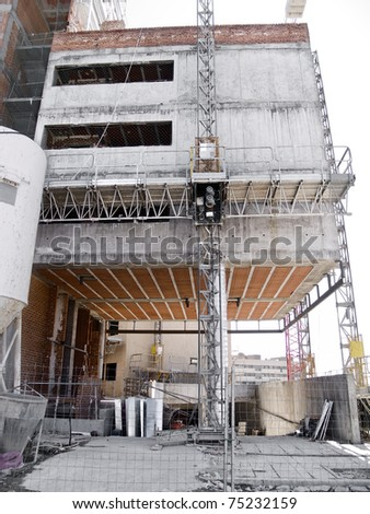 Image of a building in the middle of its construction