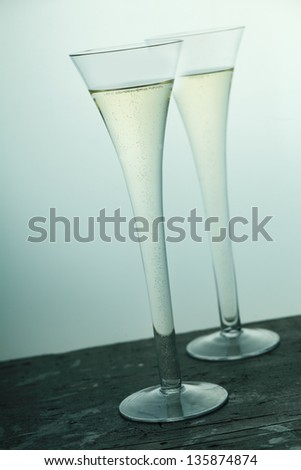 Image of a pair of glasses of champagne.