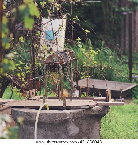 Image of an old well and a rural life.