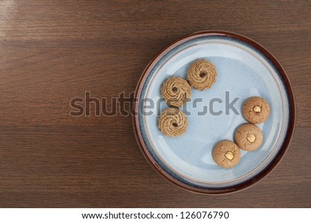 Image of two lines of cookies on a table