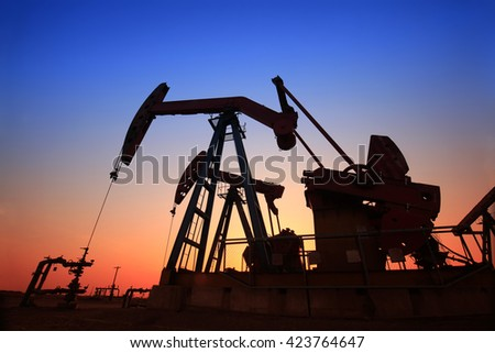 In the evening, the silhouette of the oil pump