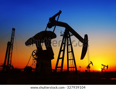 In the evening, the silhouette of the oil pump, it is very beautiful