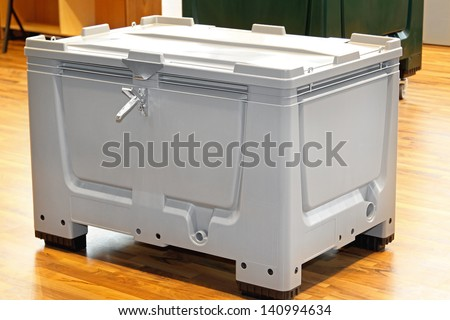 Insulated plastic box pallet for cargo transport