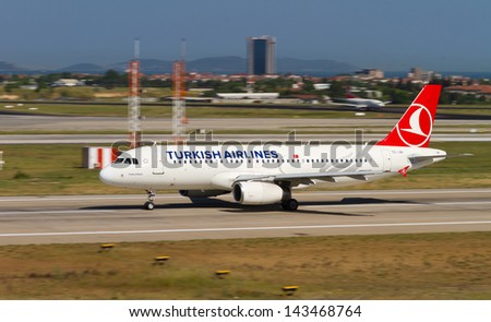 ISTANBUL - MAY 26: Turkish Airlines Airbus A320-232 accelerate to takeoff at Ataturk Airport on May 26, 2013 in Istanbul, Turkey. TA has 219 aircraft fleet with 227 scheduled destinations on May 2013 - stock photo