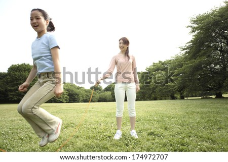 Japanese Parent and child to jump rope