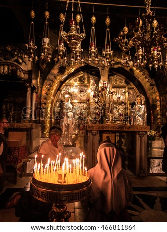 Jerusalem, Israel - Juli 15, 2016: Stone Golgotha, the place of Jesus' death in the Basilica of the Holy Sepulchre, the holiest place of Christians, July 15, 2015 in Jerusalem, Israel