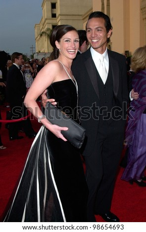 JULIA ROBERTS & actor boyfriend BENJAMIN BRATT at the 73rd Annual Academy Awards in Los Angeles.