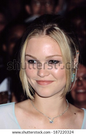 Julia Stiles at the premiere of O, August 30, 2001.