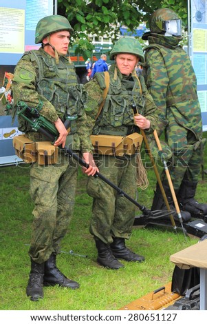 "KALININGRAD, RUSSIA - MAY 16, 2015: Sappers in regimentals. An action ""Service under the contract in Armed Forces - your choice!"" on Peter the Great Embankment in Kaliningrad"