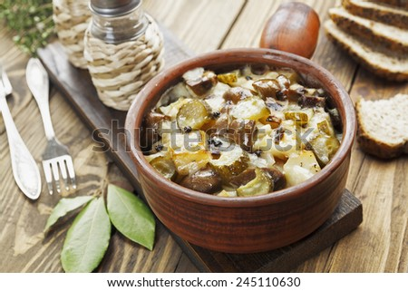 Kidney, stewed with potatoes and pickles in a ceramic pot