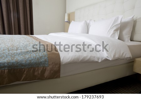 King sized bed in a luxury hotel room