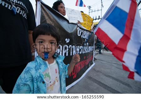 KO SAMUI - NOV 6: An unidentified anti-government protester joins a several hundred strong rally in opposition to a contentious government sponsored amnesty bill on Nov 6, 2013 in Ko samui, Thailand.