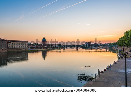 La Garonne passing through Toulouse, Haute-Garonne, Midi Pyrenees, is a mainly French river, its spring in Spain and flowing over 647 km before emptying into the Atlantic. - stock photo