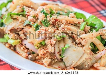 Laab : minced pork salad (with green vegetables and chillies)