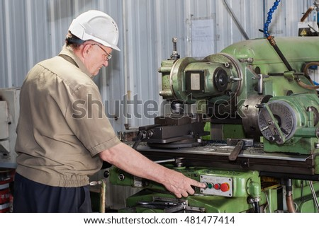 labor mechanic operation with a lathe