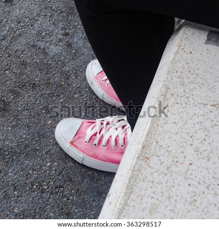 lady with pink sneaker
