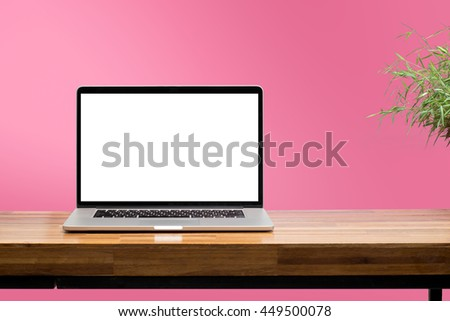 laptop blank screen on wooden table