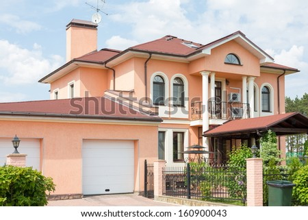 Large two storey cottage with gate to the garage