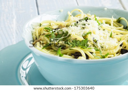 Linguine with clams, black olives, parsley and parmesan cheese