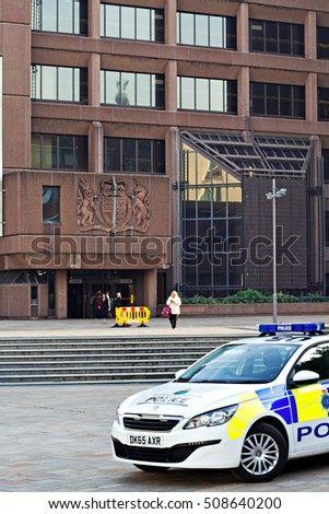LIVERPOOL UK, 31st OCTOBER 2016.  A police car parked in front of the Queen Elizabeth ll law courts in Liverpool UK