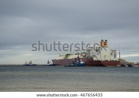 LNG  CARRIER AND TUGS