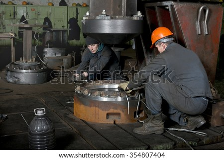Locksmiths  prepare  powerful  press  for  the  manufacture  of  parts  of  ship  boiler