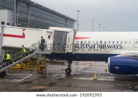 LONDO HEATHROW - APRIL 20: British Airways Airbus A320 parks at gate at Heathrow Airport in London on April 20, 2014. Heathrow had 65.7 million passengers arriving and departing in 2010.