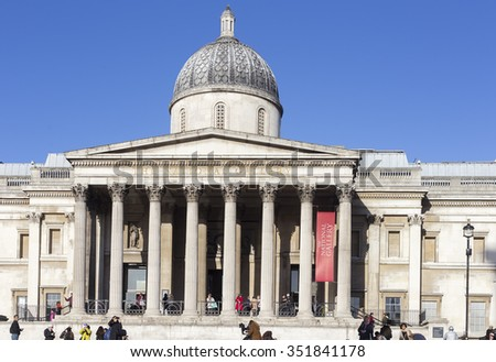 LONDON - DESEMBER 15: The National Gallery at Trafalgar Square in London with blue sky and tourists passing by on Desember 15, 2015