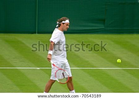 LONDON, ENGLAND - JUNE 26:  Rodger Federer plays against Richard Gasquet in the first round of tennis at Wimbledon on June 26, 2006 in London, England. Federer goes onto win the match and the Wimbledon Title.