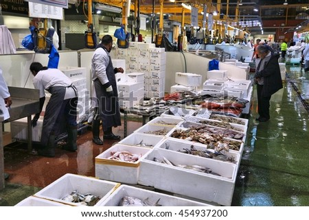 Billingsgate fish market stock photos images pictures for Sea world fish market