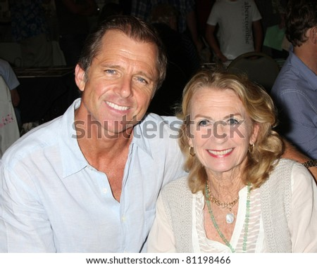 LOS ANGELES - JUL 16:  Max Caufield, Juliet Mills at the Hollywood Show at Burbank Marriott Convention Center on July 16, 2011 in Burbank, CA