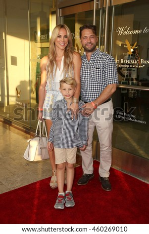 "LOS ANGELES - JUL 27:  Naomi Lowde-Priestley, Dashell Priestley, Jason Priestley at the ""Raising the Bar to End Parkinson's"" Event at the Laurel Point on July 27, 2016 in Studio City, CA"