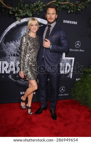 """LOS ANGELES - JUN 9:  Anna Faris, Chris Pratt at the """"Jurassic World"""" World Premiere at the Dolby Theater, Hollywood & Highland on June 9, 2015 in Los Angeles, CA  - stock photo"""