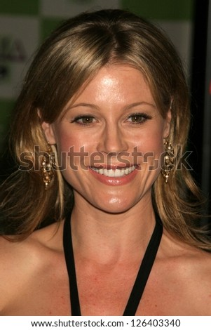 LOS ANGELES - NOVEMBER 08: Julie Bowen at the 16th Annual Environmental Media Association Awards at Wilshire Ebell Theatre November 08, 2006 in Los Angeles