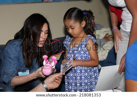 "LOS ANGELES - SEP 16:  Megan Fox at the ""Stars 4 Smiles"" - celebs visiting children at hospital at Harbor-UCLA Medical Center on September 16, 2014 in Torrance, CA"