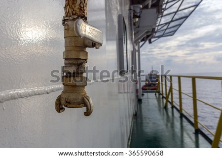 Low pressure air supply piping and valve with quick connect system on board construction barge