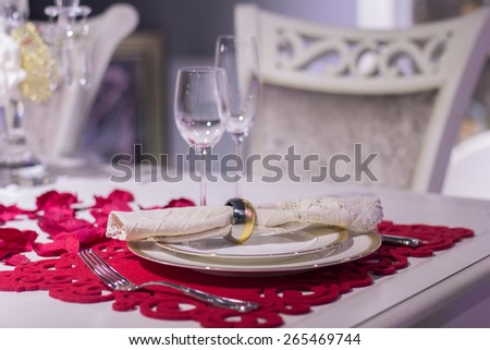 Luxurious dinner in red and white with name tag in the plate
