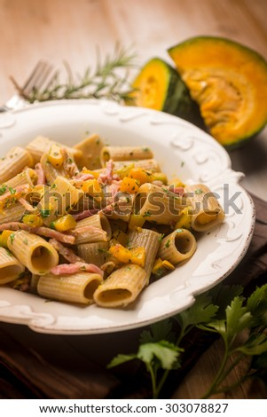 macaroni with bacon and pumpkin