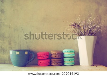 macaroons on the wooden coffee desk in vintage color tone