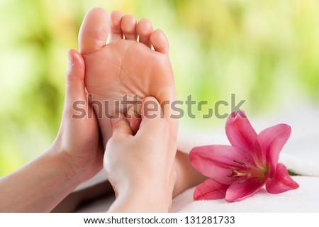Macro đóng lên tay nữ massage cô gái bóng đá.