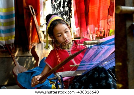 MAEHONGSON, THAILAND- APR 6: Unidentified longneck karen young girl making  textile goods at the place for tourism on Apr 6,2015 in Maehongson,Thailand