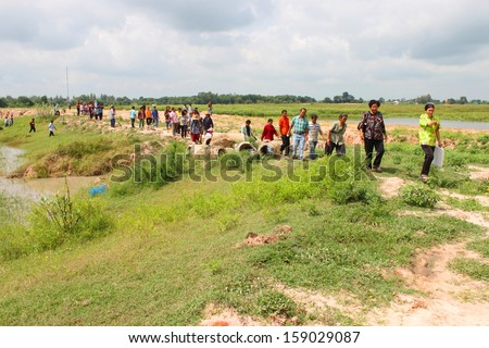 MAHASARAKHAM, THAILAND - SEPTEMBER 25 : Unidentified villagers are participating in afforest at Gud Peng reservoir on September 25, 2013 in Muang, Mahasarakham, Thailand.