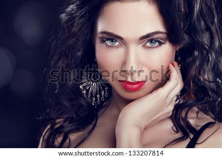 Make up. Beautiful Brunette Girl with blue eyes. Jewelry and Fashion photo. Beauty Model Woman.