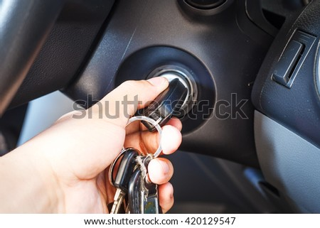 Man's hands to take the keys to start the engine car