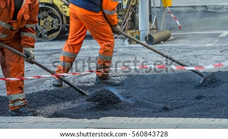 Man 's work in road resurfacing in the city