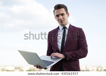 Man with a computer in her hand
