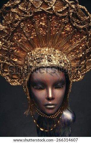Mannequin in golden head wear