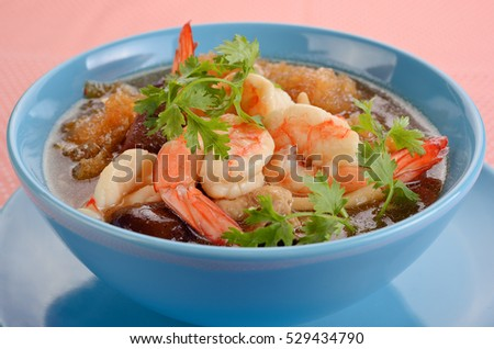 Maw stewed in gravy, red shrimp in a bowl.