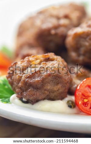 Meatballs with sauce and fresh tomatoes