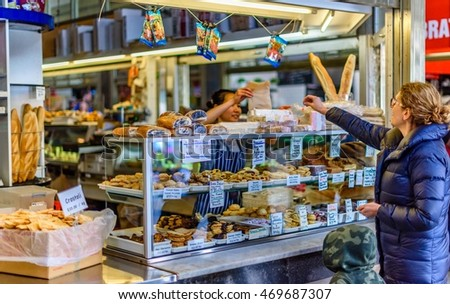 MELBOURNE, VICTORIA/AUSTRALIA  AUGUST 14: An unidentified woman and an unidentified child at a Queen Victoria Market stall on August 14, 2016.